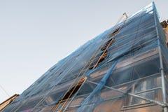 Ικρίωμα σε ένα παλαιό σπίτι για την ανακαίνιση Στοκ εικόνες με δικαίωμα ελεύθερης χρήσης