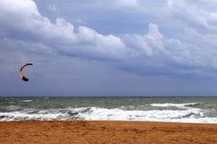 Ικτίνος δύναμης στη θάλασσα και το νεφελώδη ουρανό Στοκ εικόνες με δικαίωμα ελεύθερης χρήσης