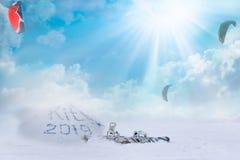 Ικτίνος 2019 Kitesurfing το χειμώνα Πατινάζ στον πάγο στον αέρα Ακραίος χειμερινός αθλητισμός στοκ φωτογραφίες