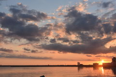 λιμάνι πέρα από το ηλιοβασίλεμα Στοκ φωτογραφία με δικαίωμα ελεύθερης χρήσης