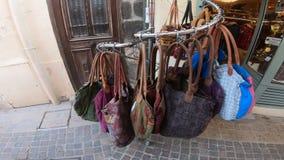 Ιματισμός και εξαρτήματα καταστημάτων στις οδούς Collioure, Γαλλία απόθεμα βίντεο