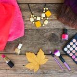 Ιματισμός και καλλυντικά γυναικών ` s: πουλόβερ, κραγιόν, στιλβωτική ουσία καρφιών, περιδέραια, σκιά ματιών, βούρτσες, κίτρινα φύ Στοκ φωτογραφία με δικαίωμα ελεύθερης χρήσης