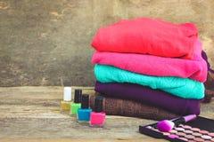 Ιματισμός και καλλυντικά γυναικών ` s: πουλόβερ, στιλβωτική ουσία καρφιών, σκιά ματιών, βούρτσες Στοκ εικόνα με δικαίωμα ελεύθερης χρήσης