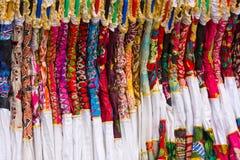 Ιματισμός των ζωηρόχρωμων γυναικών στην ινδική αγορά Στοκ Φωτογραφίες