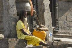 Ινδία - Varanasi Ένα ιερό άτομο, sadhu που εξετάζει τη κάμερα στοκ εικόνες