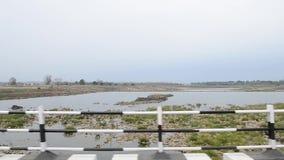 ΙΝΔΙΑ - ΤΟ ΦΕΒΡΟΥΆΡΙΟ ΤΟΥ 2018: Περπάτημα ανθρώπων, οδηγώντας ποδήλατο και αυτοκίνητα που τρέχουν στην οδό φιλμ μικρού μήκους