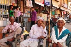 Ινδικά άτομα που χαλαρώνουν, που εργάζονται, που κάθονται, που καπνίζουν και που μιλούν σε VI Στοκ Εικόνες