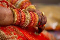 Ινδικά βραχιόλια στα χέρια της νύφης στοκ εικόνα