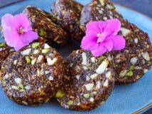 """Ινδικά γλυκά στο μπλε κεραμικό πιάτο - καμία ζάχαρη Anjeer ή Ï""""Î¿ σύκο δεν κυ στοκ εικόνα"""