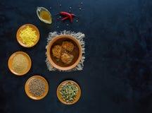 Ινδικά καρυκεύματα κάρρυ και συνόλου ψαριών του Κεράλα στο Μαύρο στοκ φωτογραφίες