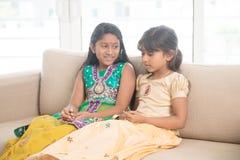 Ινδικά παιδιά που συνδέουν στο σπίτι Στοκ Εικόνες