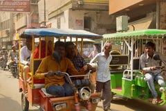 Ινδικές δίτροχες χειράμαξες μηχανών και οι επιβάτες τους Στοκ Εικόνες