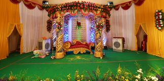 Ινδικές διακοσμήσεις γαμήλιων σταδίων με τα εσωτερικά θέματα σχεδίου στοκ φωτογραφίες