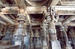 Ινδική αρχιτεκτονική, 12ος ναός Hoysaleswara με τις αρχαίες στήλες, Ινδία πετρών αιώνα Στοκ Φωτογραφίες