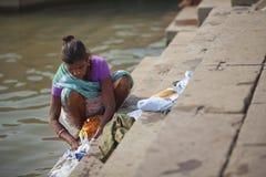 ινδική γυναίκα πλύσης της Sari ποταμών ενδυμάτων Στοκ Εικόνα