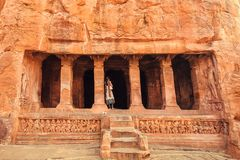 Ινδική γυναίκα που στέκεται στα σκαλοπάτια στον ινδό ναό 6ων σπηλιών αιώνα Παλαιό ορόσημο αρχιτεκτονικής σε Badami, Ινδία Στοκ Εικόνες