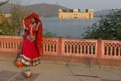 Ινδική γυναίκα στο κόκκινο στο παλάτι νερού Στοκ εικόνα με δικαίωμα ελεύθερης χρήσης
