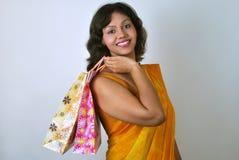 Ινδική γυναίκα στο saree με τις τσάντες αγορών στοκ φωτογραφία με δικαίωμα ελεύθερης χρήσης