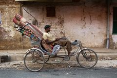 Ινδική δίτροχος χειράμαξα ποδηλάτων με ένα φορτίο των ταπήτων Στοκ φωτογραφία με δικαίωμα ελεύθερης χρήσης