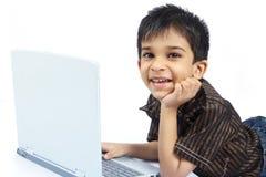 ινδική χρησιμοποίηση lap-top αγοριών Στοκ Εικόνες