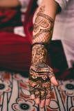 Ινδική Henna κοριτσιών εργασία τέχνης στοκ φωτογραφίες με δικαίωμα ελεύθερης χρήσης