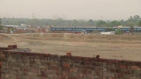 ινδικοί σιδηρόδρομοι Το τραίνο από το μακρινό σημείο έρημος απόθεμα βίντεο