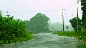 Ινδικός αγροτικός δρόμος, μετά από την υδρονέφωση βροχής στο υπόβαθρο φύσης απόθεμα βίντεο