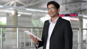 Ινδικός επιχειρηματίας που χρησιμοποιεί το PC ταμπλετών απόθεμα βίντεο