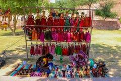 Ινδικός εργαζόμενος γυναικών που κάνει τα παιχνίδια στοκ εικόνες