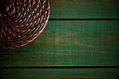 Ινδικός κάλαμος γύρω από το καπάκι στους ξύλινους πράσινους πίνακες Βεραμάν ξύλινη δομή ως σύντομο χρονογράφημα σύστασης υποβάθρο Στοκ φωτογραφία με δικαίωμα ελεύθερης χρήσης