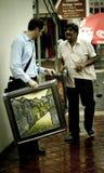 Ινδικός καμβάς τέχνης ατόμων πωλώντας σε ένα καυκάσιο άτομο στοκ εικόνες με δικαίωμα ελεύθερης χρήσης