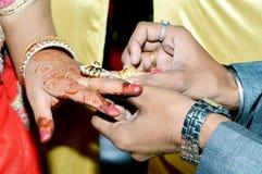 Ινδικός νεόνυμφος που βάζει το γαμήλιο δαχτυλίδι σε ετοιμότητα νυφών ` s στοκ φωτογραφίες με δικαίωμα ελεύθερης χρήσης