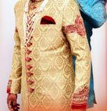 Ινδικός νεόνυμφος που φορά το sharwani στοκ εικόνες