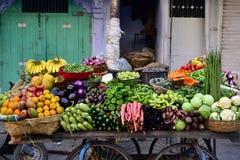 Ινδικός πλανόδιος πωλητής με τα φρέσκα λαχανικά και τα φρούτα Στοκ Εικόνα