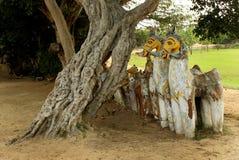Ινδικός του χωριού Θεός των αγαλμάτων αλόγων με το παλαιό δέντρο σε έναν του χωριού ναό σύνθετο Στοκ εικόνα με δικαίωμα ελεύθερης χρήσης