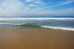 Ινδικός Ωκεανός στον ήρεμο καιρό με τα κύματα και την άμμο Στοκ Εικόνες