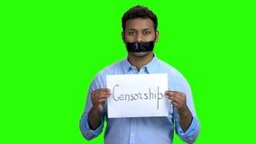 Ινδικό άτομο με το δεμένο με ταινία στόμα στην πράσινη οθόνη απόθεμα βίντεο