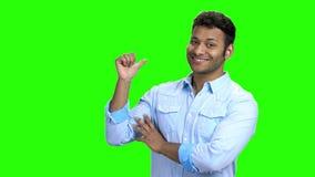 Ινδικό άτομο που δείχνει με τον αντίχειρα στο διάστημα αντιγράφων απόθεμα βίντεο