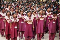 Ινδικό δημόσιο σχολείο, παιδιά στις σχολικές στολές που χαιρετούν τη νέα ημέρα στοκ εικόνες