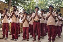 Ινδικό δημόσιο σχολείο, παιδιά στις σχολικές στολές που χαιρετούν τη νέα ημέρα στοκ φωτογραφία με δικαίωμα ελεύθερης χρήσης