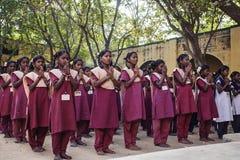 Ινδικό δημόσιο σχολείο, παιδιά στις σχολικές στολές που χαιρετούν τη νέα ημέρα στοκ φωτογραφία