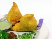 Ινδικό πικάντικο samosa στο άσπρο υπόβαθρο Στοκ φωτογραφία με δικαίωμα ελεύθερης χρήσης
