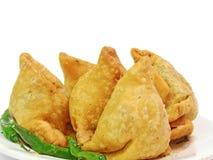 Ινδικό πικάντικο samosa στο άσπρο υπόβαθρο Στοκ εικόνα με δικαίωμα ελεύθερης χρήσης