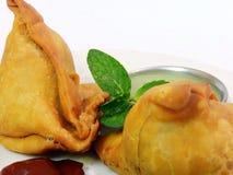 Ινδικό πικάντικο samosa στο άσπρο υπόβαθρο Στοκ Εικόνα