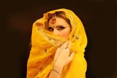 Ινδικό πορτρέτο γυναικών, νέο πρότυπο κορίτσι της Ινδίας στο κίτρινο φόρεμα Στοκ Φωτογραφία