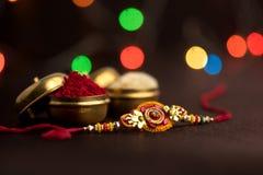 Ινδικό φεστιβάλ: Raksha Bandhan Ένα παραδοσιακό ινδικό wristband που είναι ένα σύμβολο της αγάπης μεταξύ των αδελφών και των αδελ στοκ φωτογραφία