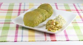 Ινδικό χορτοφάγο πρόγευμα Poori Palak με τα δευτερεύοντα πιάτα Στοκ εικόνες με δικαίωμα ελεύθερης χρήσης