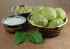Ινδικό χορτοφάγο πρόγευμα Poori Palak με Chutney καρύδων Στοκ φωτογραφία με δικαίωμα ελεύθερης χρήσης