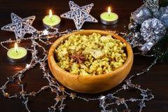Ινδικό biryani με το κοτόπουλο, το γιαούρτι και τα καρυκεύματα σε ένα πιάτο σε έναν ξύλινο πίνακα Νέου έτους, πιάτο Χριστουγέννων Στοκ φωτογραφία με δικαίωμα ελεύθερης χρήσης