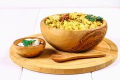Ινδικό biryani με το κοτόπουλο, το γιαούρτι και τα καρυκεύματα σε ένα πιάτο σε έναν ξύλινο πίνακα Νέου έτους, πιάτο Χριστουγέννων Στοκ εικόνα με δικαίωμα ελεύθερης χρήσης